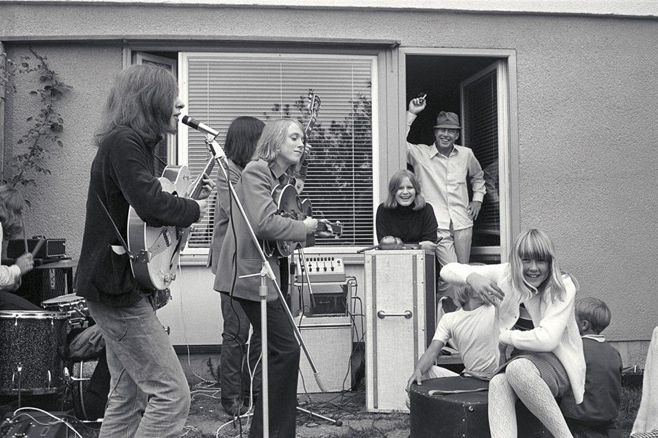 Av Johan Langer på Radiohusens Facebooksida: Bilden tagen på baksidan till Måbärstigen 28. Min pappa överraskade min syster Jannike när hon fyllde 13 år med att bjuda in popgruppen Friends (inte att förväxla med en senare grupp med samma namn) De var min systers favoritgrupp vid den tiden (vid sidan av Hepstars). De höll en konsert för enbart henne - men man kunde notera att det samlades en hel del nyfikna nere på Griftegårdsvägen under konserten som undrade vad det var som pågick. Flickan med det mörka håret heter Susanne Kössler - med smeknamnet Kyssen. Hennes familj bodde två dörrar bort i radhuset. En flicka skymtar bakom Jannike och är förmodligen Annika (Ankan) Schulman. Misstänker att min lillebror Joakim Langer skymtar bakom Jannike Dillon med Inger Söderholm, Brita Catharina Margaretha Langer, Jannecke Schulman och Leif Schulman